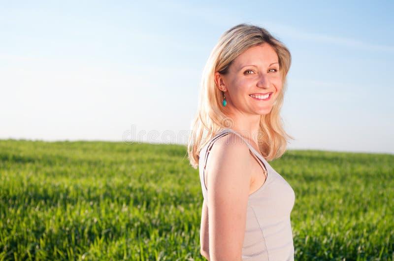 зеленая счастливая женщина portraint стоковые фотографии rf