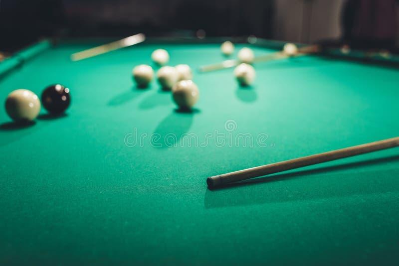 зеленая таблица биллиарда с русскими шариками бассейна стоковое изображение rf