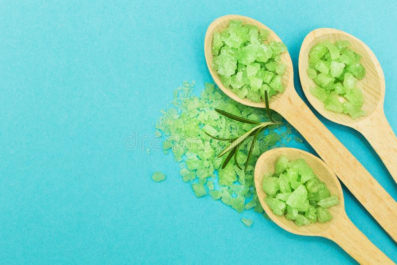 Зеленая травяная соль для принятия ванны на голубой предпосылке   стоковые фотографии rf