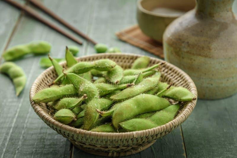 Зеленая японская соя в деревянном шаре на древесине таблицы стоковое фото rf
