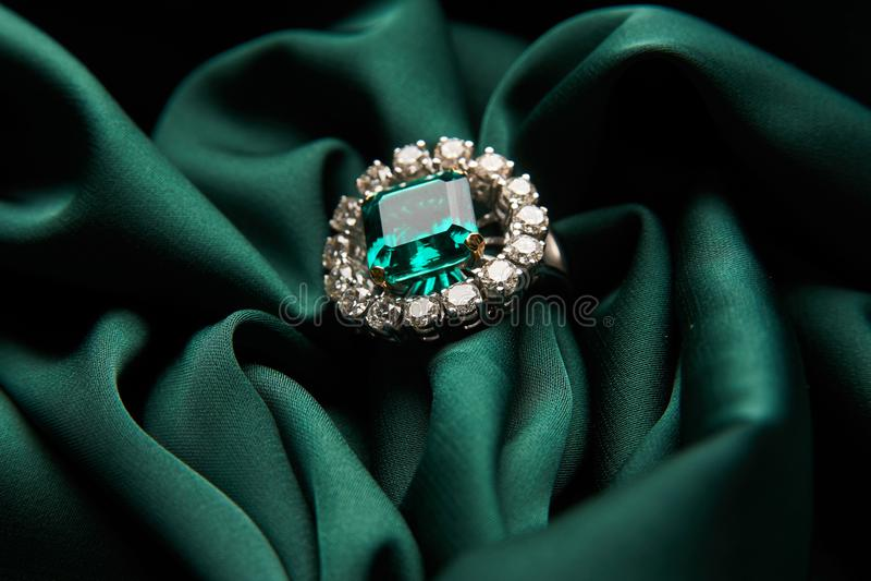 Зеленое изумрудное кольцо с бриллиантом захвата моды стоковое изображение