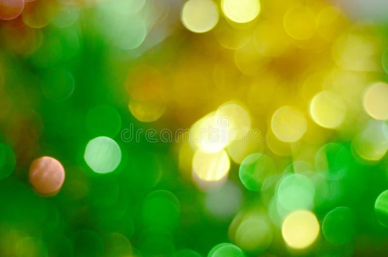 Зеленое и желтое bokeh освещает defocused предпосылку стоковое фото