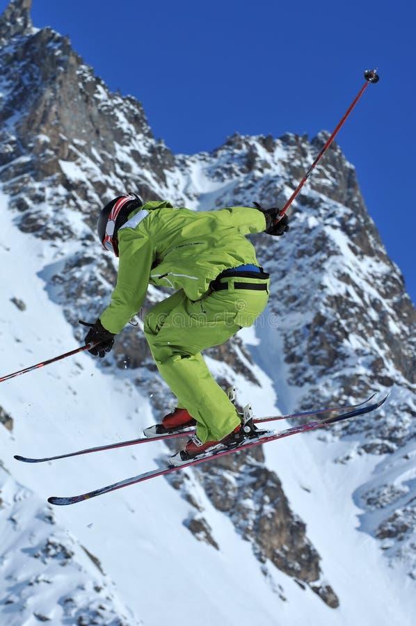 зеленое катание на лыжах стоковая фотография rf