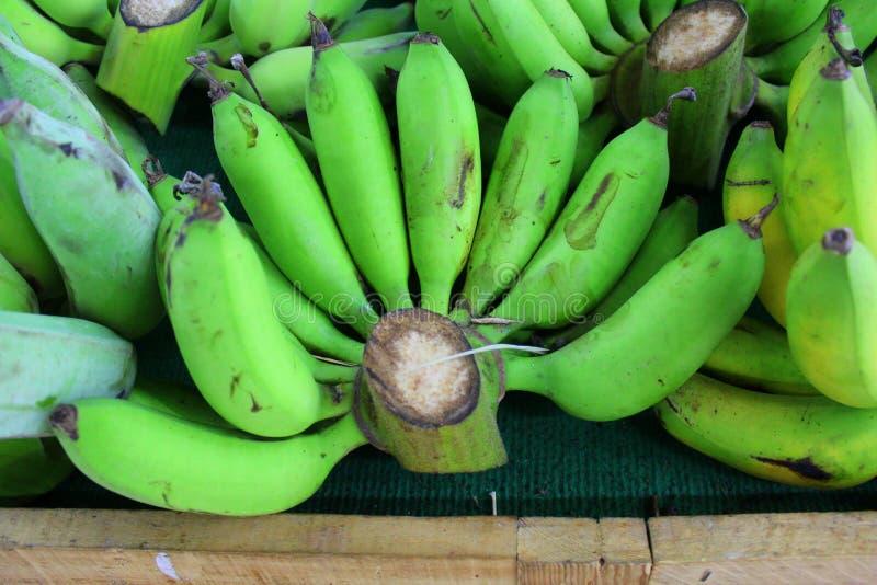 Зеленое коричневое черенок бананов на счетчике стоковое изображение