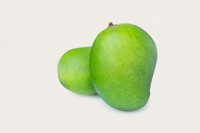Зеленое манго изолированное на белой предпосылке с путем клиппирования стоковое фото