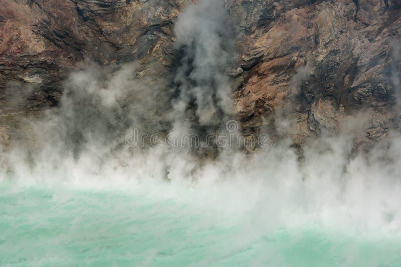 зеленое озеро испаряясь вулкан стоковая фотография rf