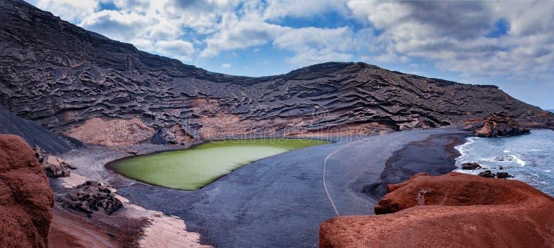 Зеленое озеро El Golfo на Лансароте в Канарских островах Черный пляж стоковые фотографии rf