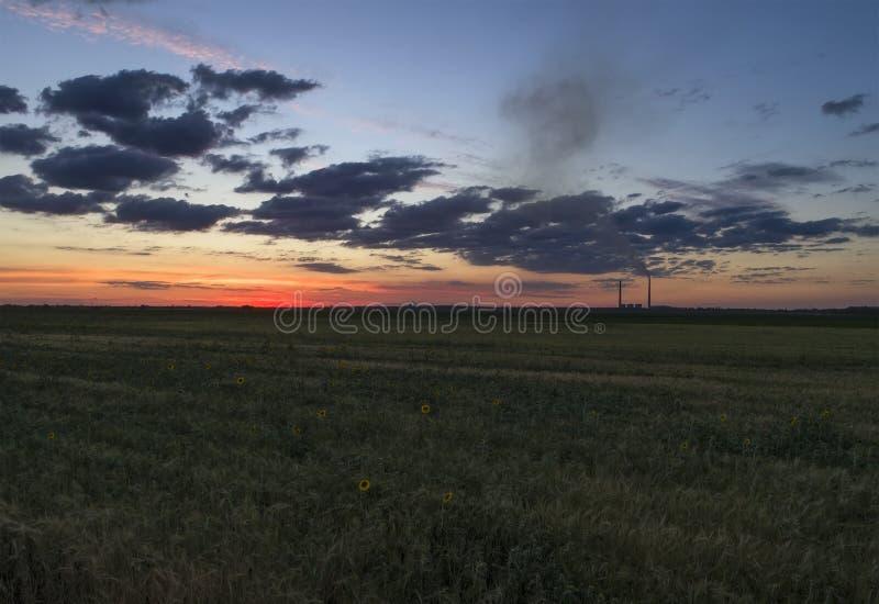 Зеленое поле и красочный заход солнца воздушные alps плавают вдоль побережья фото южный южный западный zealand острова новое стоковые фото