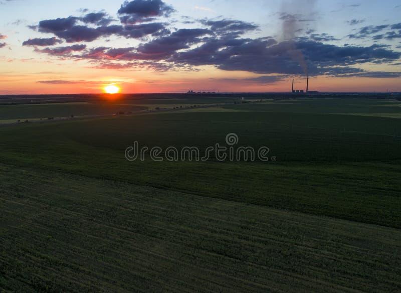 Зеленое поле и красочный заход солнца воздушные alps плавают вдоль побережья фото южный южный западный zealand острова новое стоковое изображение rf