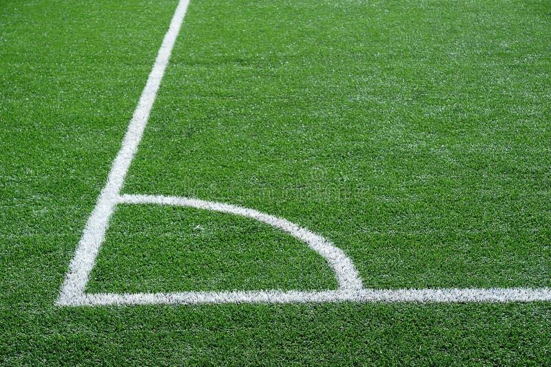 Зеленое футбольное поле с белыми отмечать линиями стоковая фотография