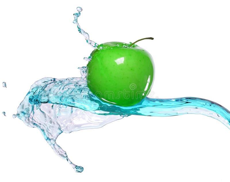 Зеленое яблоко в потоке воды стоковое фото