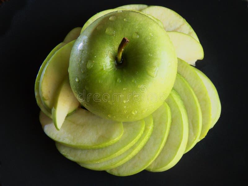 Зеленое яблоко, зеленый натюрморт яблока на черной предпосылке стоковые фотографии rf