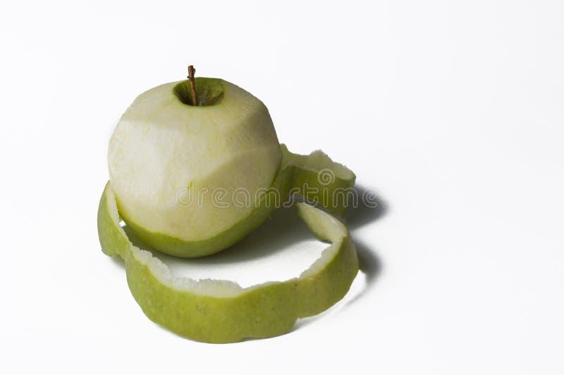 Зеленое яблоко изолированное на белой предпосылке Слезать Яблока r стоковое изображение rf