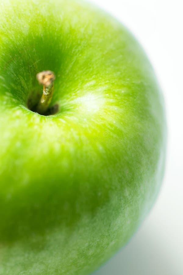 Зеленое яблоко со стеблем на белом фоне творческий художественный плакат для здорового диеты detox vegan концепция стоковая фотография rf