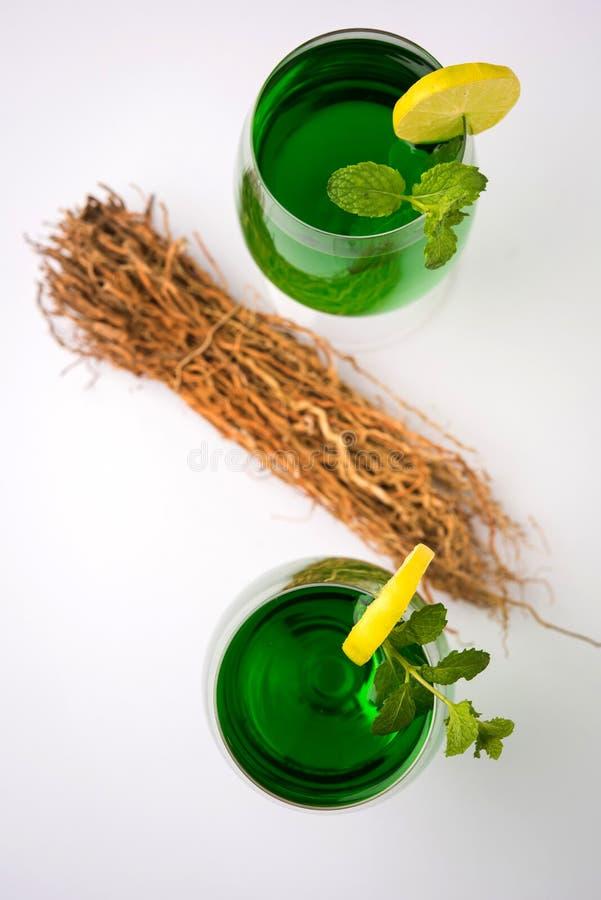 Зеленое KHUS Sharbat или выдержка травы Vetiver или zizanioides Chrysopogon служили в высокорослом стекле стоковое изображение rf