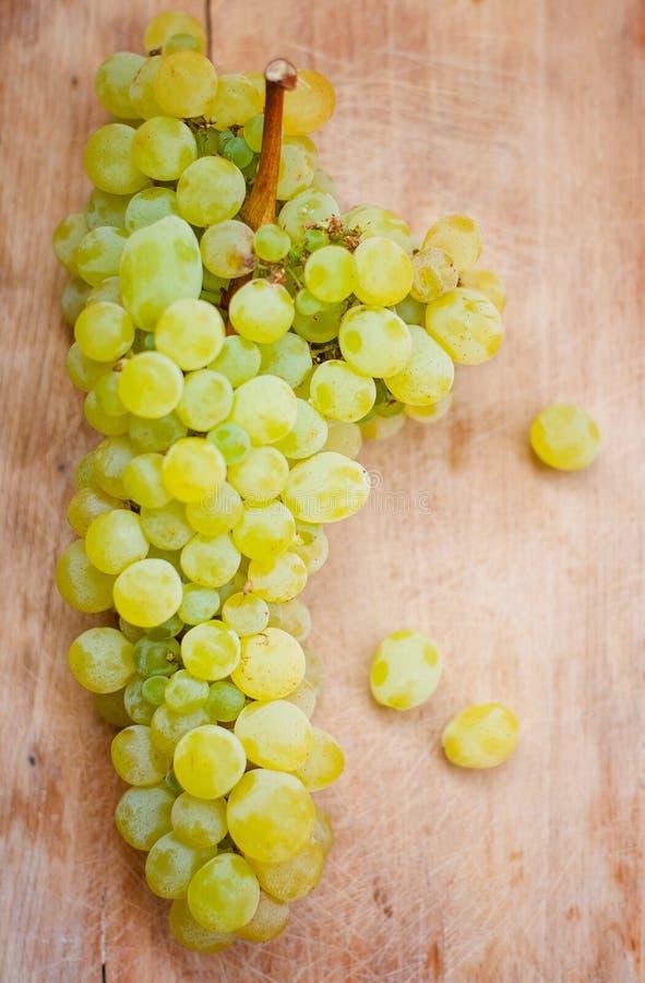 Зеленые виноградины на деревянном фоне стоковое фото rf
