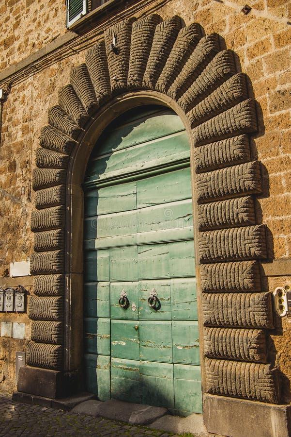 зеленые деревянные двери в Orvieto, Риме стоковое фото rf