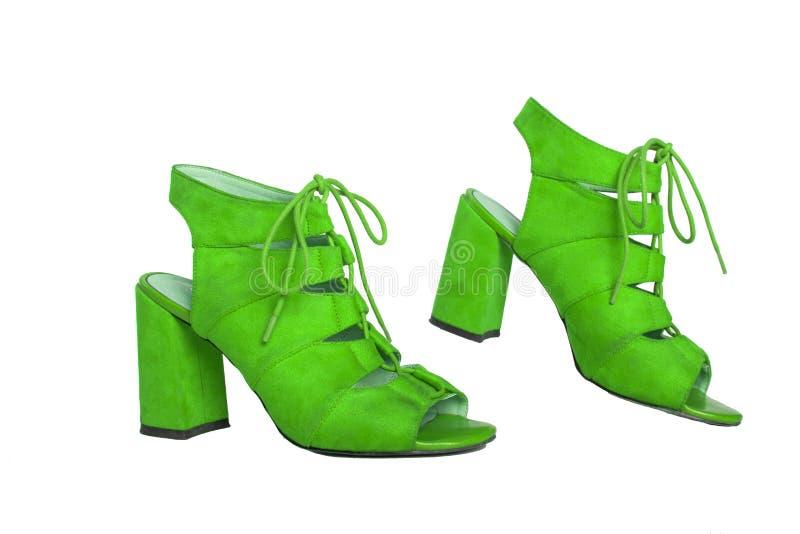 Зеленые женские ботинки на белой предпосылке стоковое изображение