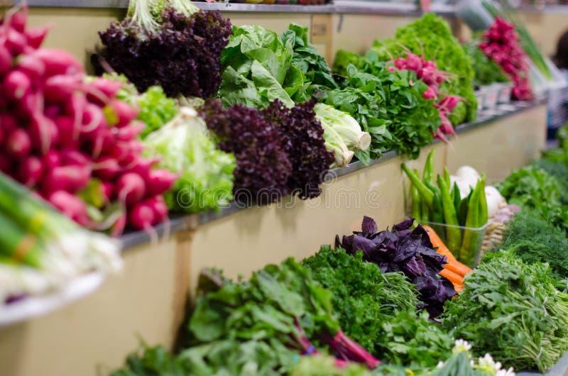 Зеленые и свежие зеленые цвета на счетчике рынка Разные виды растительности стоковое фото rf