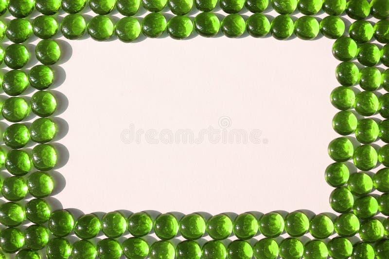 Зеленые камешки обрамляют стоковые изображения rf
