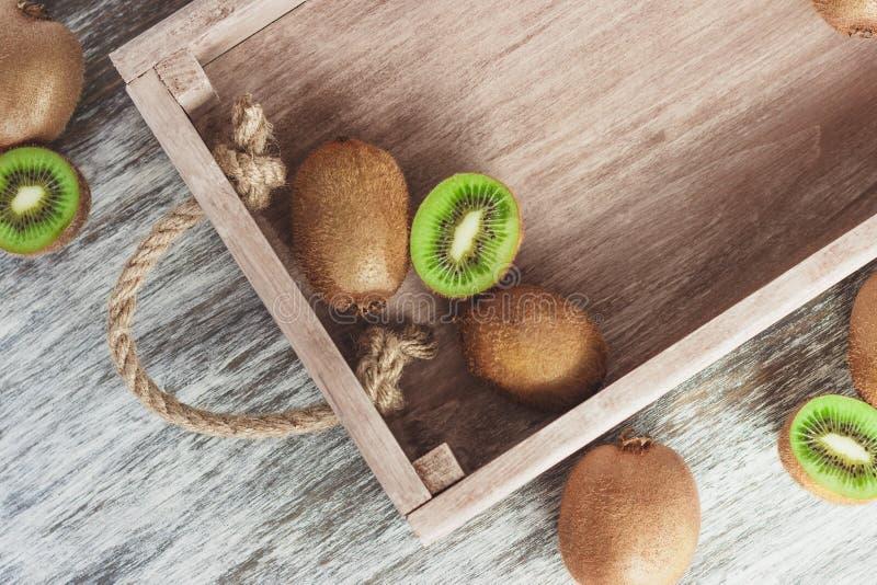Зеленые кивиы в деревянном подносе стоковая фотография