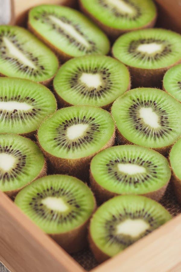 Зеленые кивиы в деревянном подносе стоковые фото