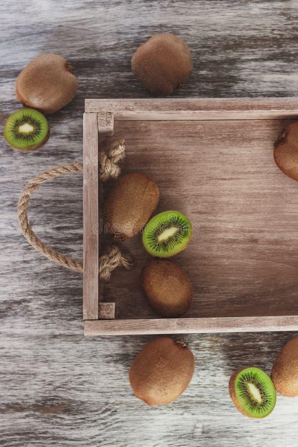 Зеленые кивиы в деревянном подносе стоковые изображения