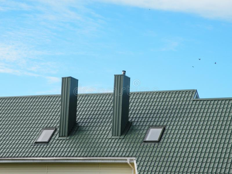 Зеленые крыша и дымовая труба стоковые изображения rf