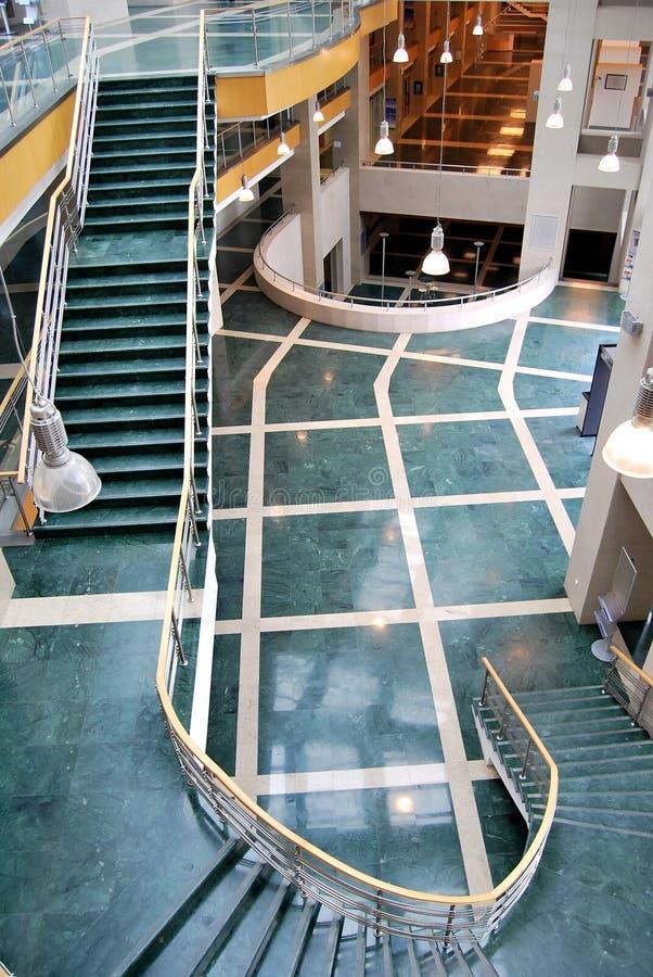 зеленые лестницы лобби стоковые фотографии rf