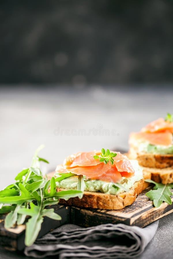 Зеленые плавленый сыр, семги и сэндвич arugula стоковое изображение