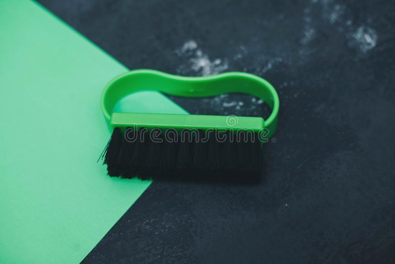 Зеленые пластичные щетка и ветошь одежд стоковые изображения