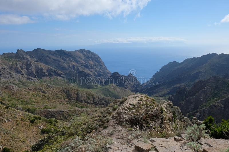 Зеленые скалы горы с морем на предпосылке ( Тенерифе - ИСПАНИЯ стоковая фотография rf