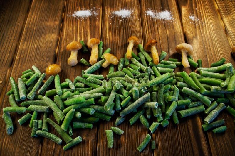 Зеленые фасоли, грибы и соль на ферме, на деревянном backgroun стоковое изображение