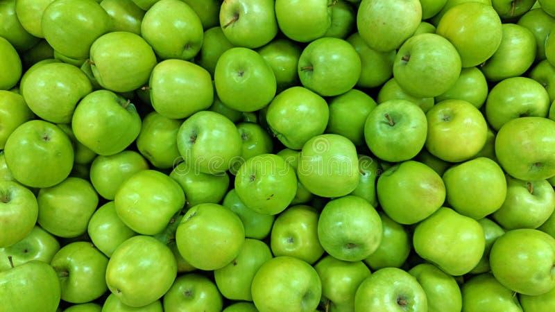 Зеленые яблоки в большой части бесплатная иллюстрация