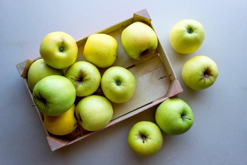 Зеленые яблоки в деревянной клети Плод концепции свежий органический, здоровая еда от сада стоковое изображение rf