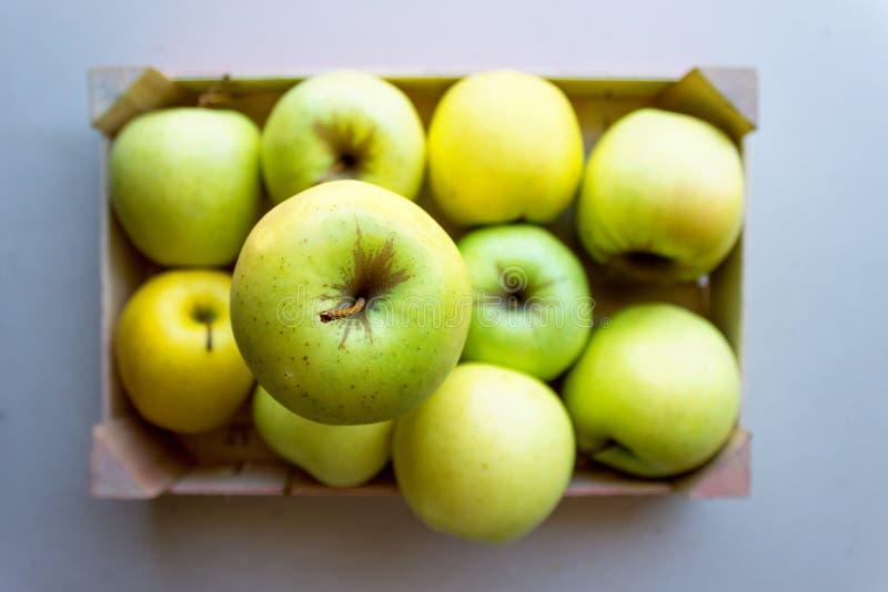 Зеленые яблоки в деревянной клети Плод концепции свежий органический, здоровая еда от сада стоковая фотография rf