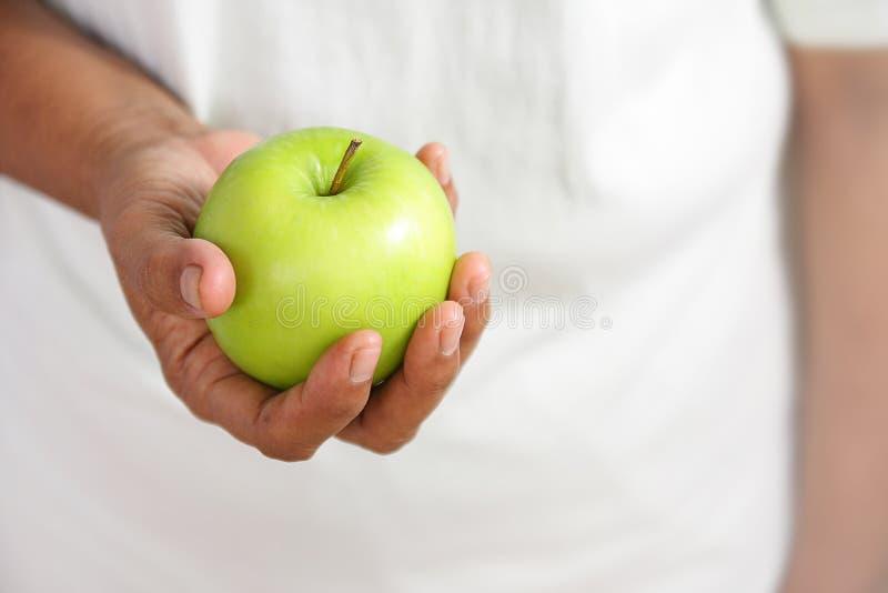 Зеленые яблоки в руках женщин стоковая фотография rf