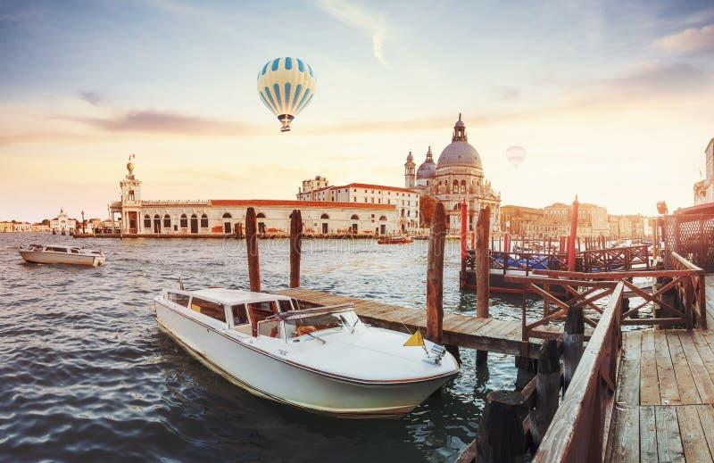 Зеленый водяной канал с гондолами и красочными фасадами старых средневековых зданий в солнце в Венеции стоковое изображение rf