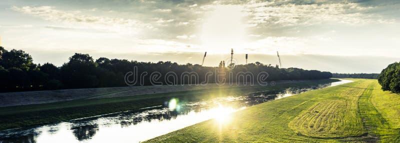 Зеленый завод с рекой на стороне в дневное время Бесплатное  из Общественного Достояния Cc0 Изображение