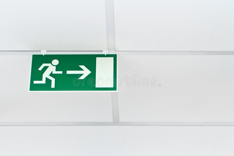 Зеленый знак аварийного выхода стоковое фото
