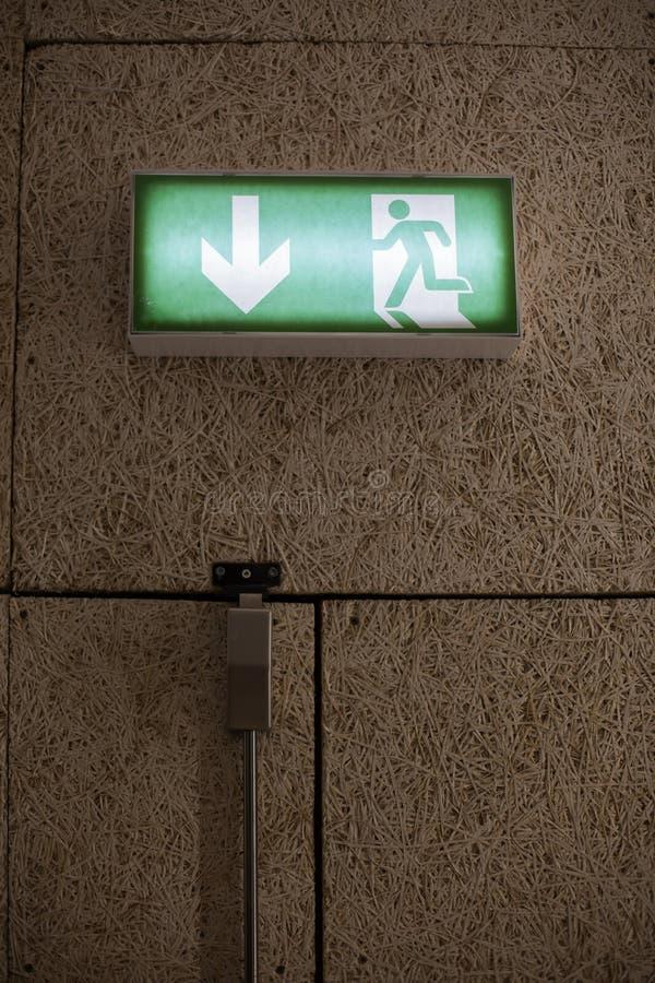Зеленый знак выхода над дверью стоковая фотография