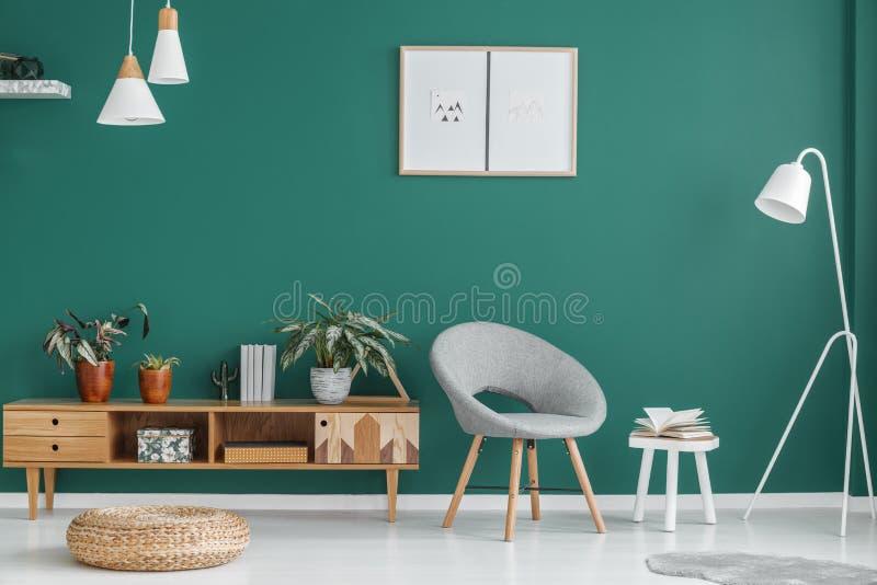 Зеленый интерьер живущей комнаты стоковая фотография