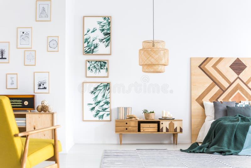 Зеленый и желтый интерьер спальни стоковая фотография