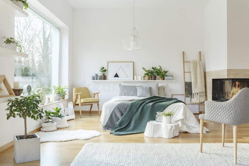 Зеленый и желтый интерьер спальни стоковое изображение