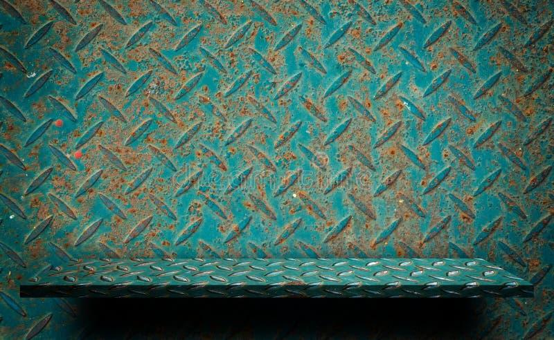 Зеленый металлопластинчатый пустой дисплей полки стоковые фото