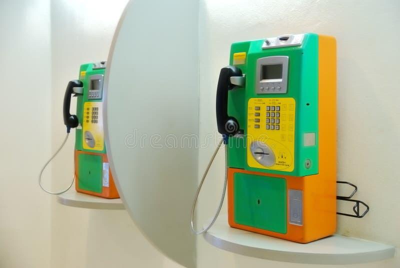 Зеленый общественный телефон стоковые изображения rf