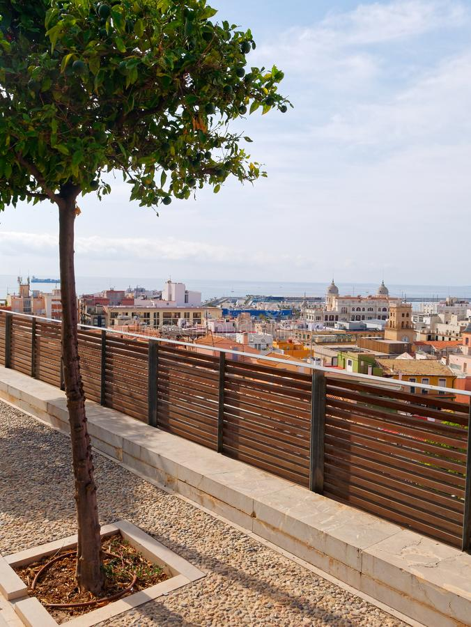 Зеленый переулок с красивой смотровой площадкой на Аликанте r стоковое изображение rf