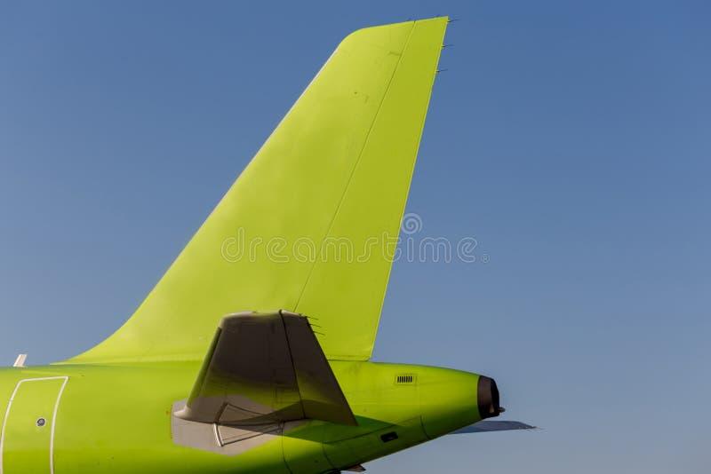 Зеленый покрашенный кабель коммерчески реактивных самолетов, голубого неба как предпосылка Фюзеляж самолета Авиация и транспорт и стоковые фото