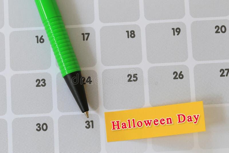 Зеленый пункт ручки к дню 31 на бумаге календаря и имеет хеллоуин t стоковые фотографии rf