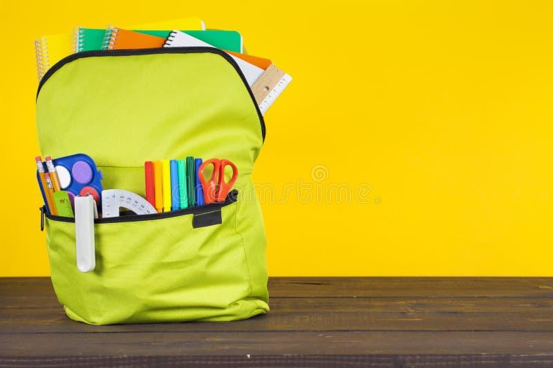 Зеленый рюкзак школы стоковые фотографии rf
